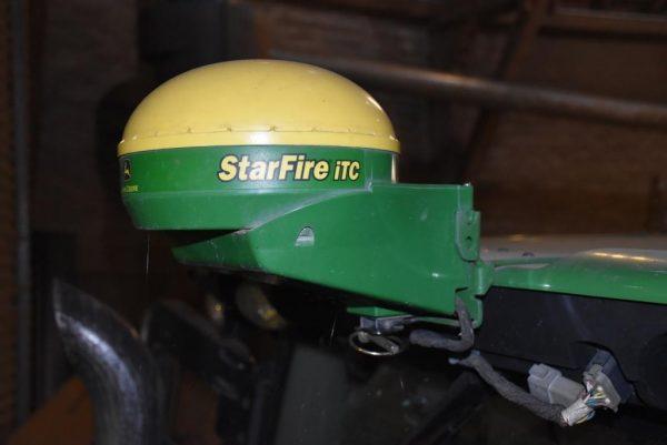 John Deere Starfire iTC GPS-Receiver an Halterung